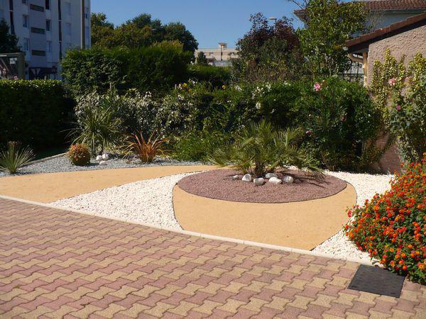 Jardin min ral cr er un jardin de gravier for Photo de parterre avec cailloux