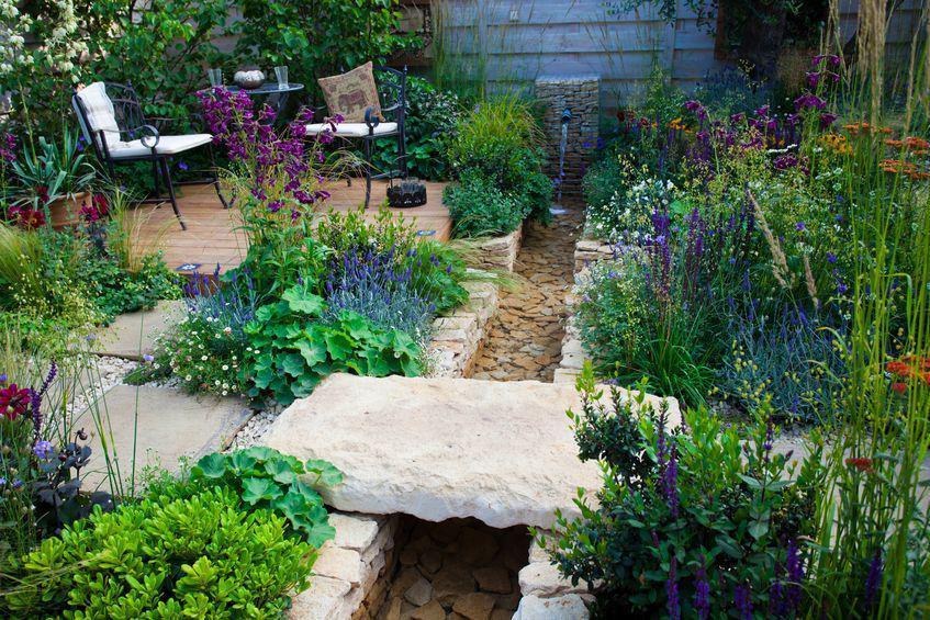 amenager un petit cours d\'eau: créer un ruisseau au jardin