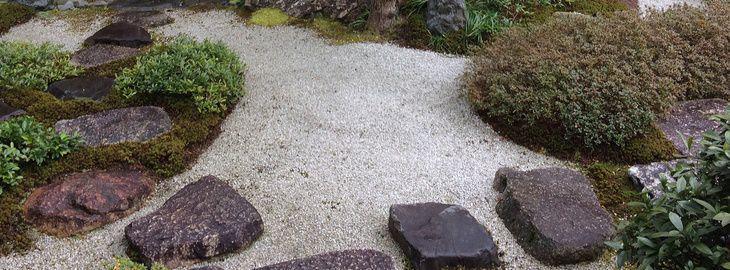 Jardin min ral cr er un jardin de gravier - Cailloux d ornement pour jardin ...